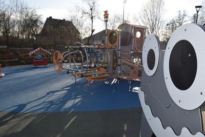 Na zdjęciu widoczny jest element Zielonej Strefy Aktywności, która znajduje się w Zawoni przy ulicy Zielonej- plac zabaw