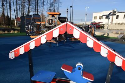Na zdjęciu widoczny jest element Zielonej Strefy Aktywności, która znajduje się w Zawoni przy ulicy Zielonej - elementy placu zabaw