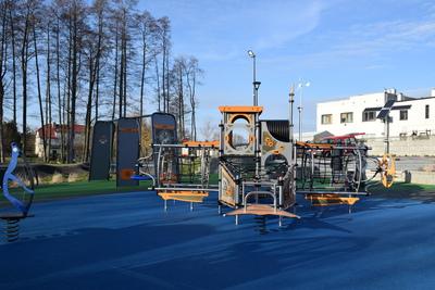 Na zdjęciu widoczny jest element Zielonej Strefy Aktywności, która znajduje się w Zawoni przy ulicy Zielonej - plac zabaw - łódź podwodna