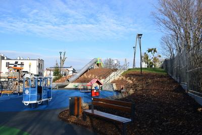 Na zdjęciu widoczny jest element Zielonej Strefy Aktywności, która znajduje się w Zawoni przy ulicy Zielonej - plac zabaw