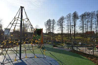 Na zdjęciu widoczny jest element Zielonej Strefy Aktywności, która znajduje się w Zawoni przy ulicy Zielonej - element placu zabaw