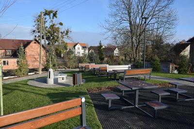 Na zdjęciu widoczny jest element Zielonej Strefy Aktywności, która znajduje się w Zawoni przy ulicy Zielonej - część rekreacyjna z ławkami i stołami