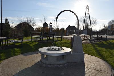 Na zdjęciu widoczny jest element Zielonej Strefy Aktywności, która znajduje się w Zawoni przy ulicy Zielonej - grill zewnętrzny