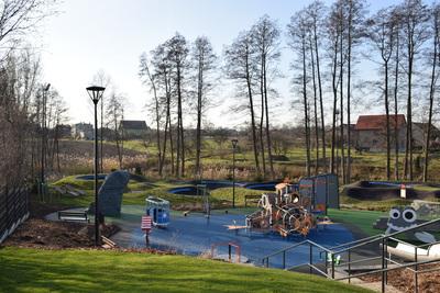 Na zdjęciu widoczny jest element Zielonej Strefy Aktywności, która znajduje się w Zawoni przy ulicy Zielonej - widok z góry na plac zabaw i pumptruck