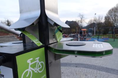 Na zdjęciu widoczny jest element Zielonej Strefy Aktywności, która znajduje się w Zawoni przy ulicy Zielonej - zielona ładowarka
