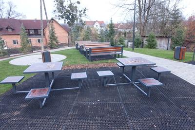 Na zdjęciu widoczny jest element Zielonej Strefy Aktywności, która znajduje się w Zawoni przy ulicy Zielonej - część rekreacyjna z ławeczkami i stołami