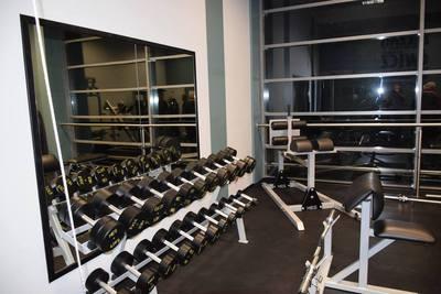 Na obrazu widać wyposażenie nowej siłowni, która znajduje się w Hali Sportowej w Tarnowcu przy Zespole Szkół w Zawoni