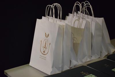 Na zdjęciu widać białe torby z herbem gminy, w których znajdowały się gadżety rozdawane podczas Gali